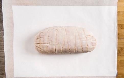 Preparazione Rotolo di pollo con mortadella, pistacchi e uvetta - Fase 5