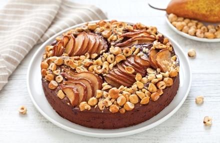 Torta al cioccolato, pere e nocciole