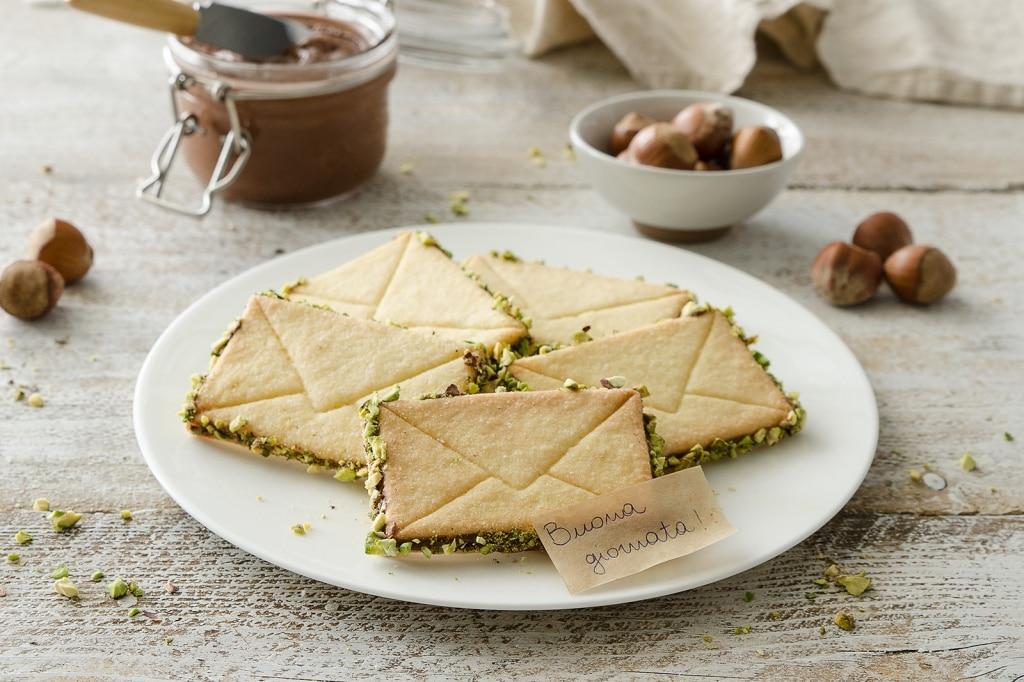 Biscotti di pasta frolla con crema di nocciole e pistacchi