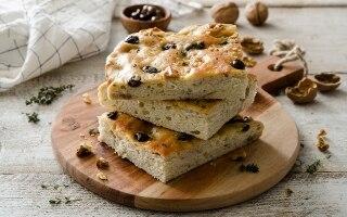 Focaccia alle olive, noci e timo