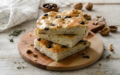 Preparazione Focaccia alle olive, noci e timo - Fase 4
