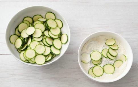 Preparazione Filetti di merluzzo con zucchine, olive e capperi - Fase 1