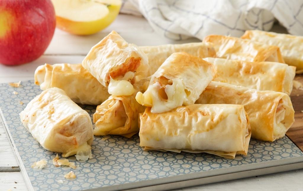 Involtini di pasta fillo con mele, pancetta e formaggio