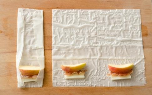 Preparazione Involtini di pasta fillo con mele, pancetta e formaggio  - Fase 2