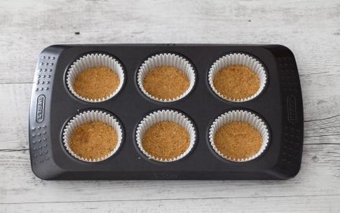 Preparazione Mini cheesecake marmorizzate alle fragole - Fase 1