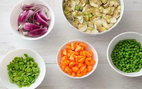 Preparazione Padellata di piselli e fave con verdure - Fase 1