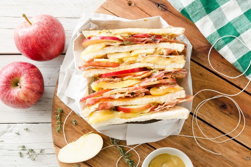 Sandwich con mele, speck e formaggio filante