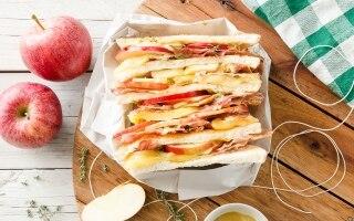 Sandwich con mele, speck, formaggio filante