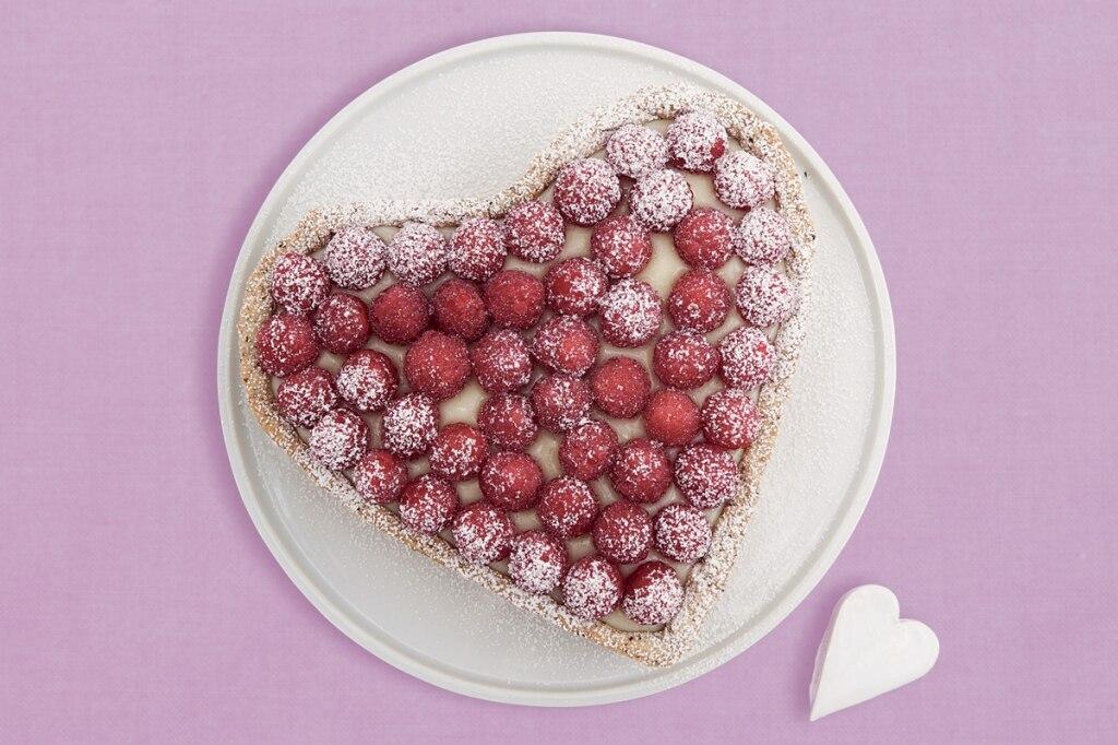 Crostata alla rosa con crema, cioccolato e lamponi