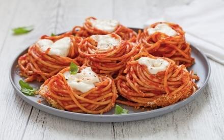 Nidi di spaghetti al forno con mozzarella e salsa di pomodoro alla vaniglia