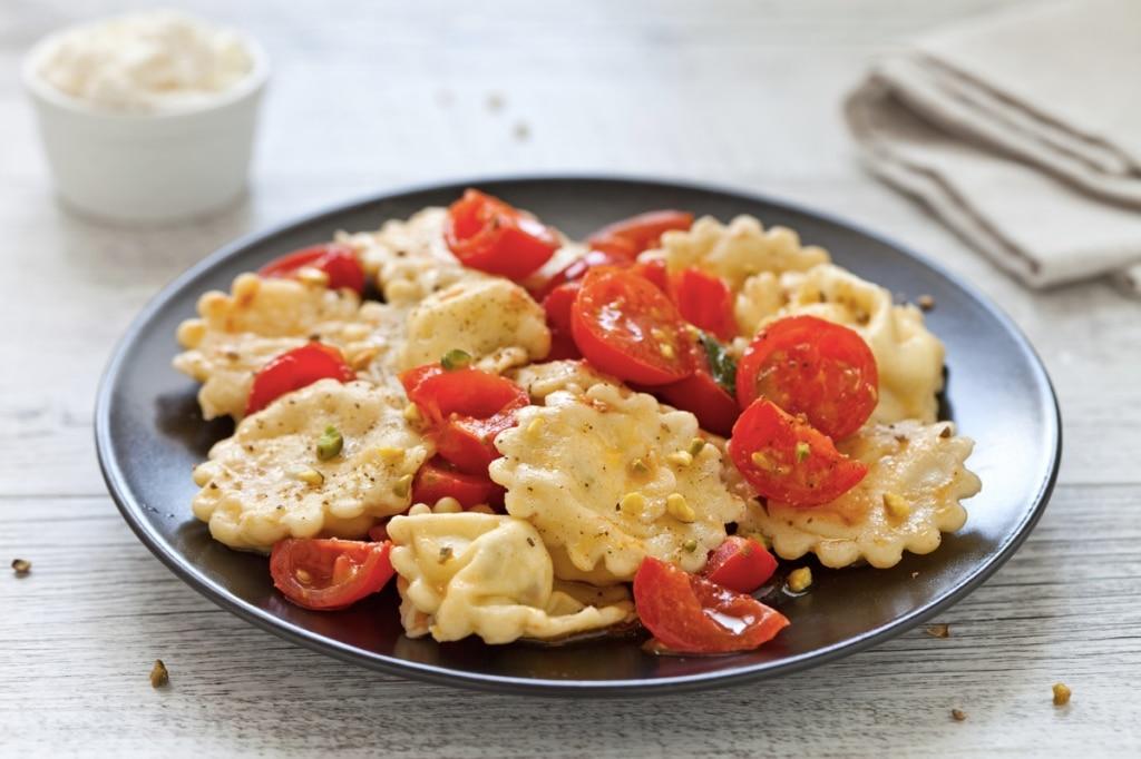 Ravioli ripieni di ricotta e pistacchi con pomodorini
