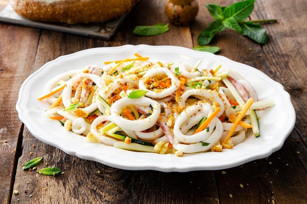 Insalata di calamari, verdure e briciole dorate