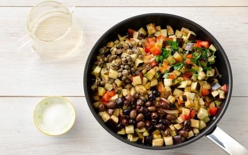 Preparazione Melanzane in padella con olive e capperi - Fase 3