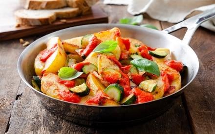 Padellata di verdure con crema di peperoni abbrustoliti