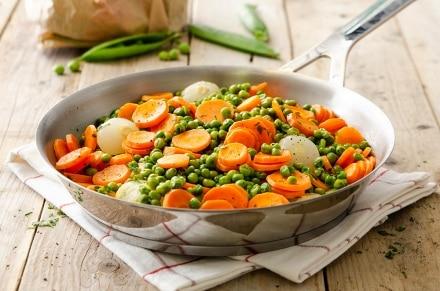 Piselli in padella con carote e cipolline