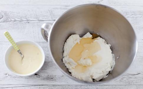 Preparazione Barrette di cheesecake al cioccolato bianco con pesche caramellate  - Fase 2
