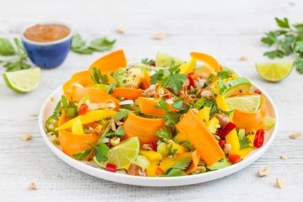 Insalata di avocado, mango e carote