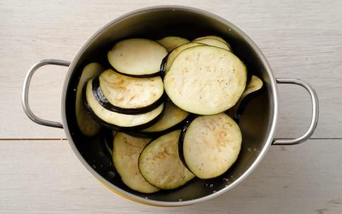 Preparazione Melanzane marinate con capperi e peperoncino - Fase 1