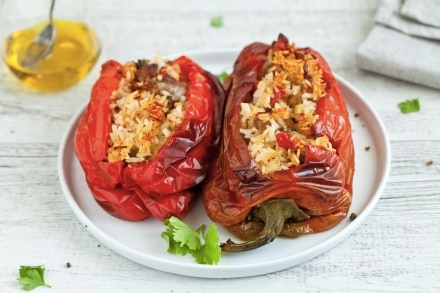 Peperoni ripieni di riso, salsiccia e verdure