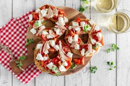 Friselle con mozzarella, pomodorini e tonno