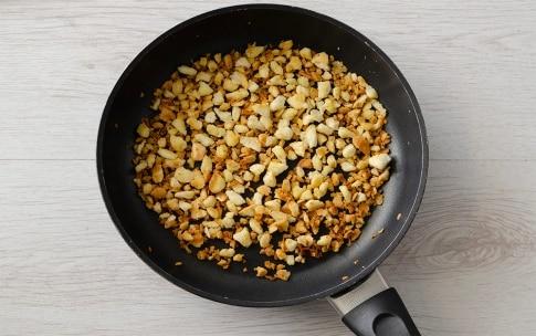 Preparazione Insalata con uova, pane e mandorle - Fase 2