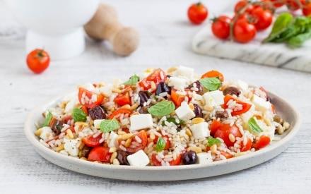 Insalata di riso con pomodorini, feta e olive