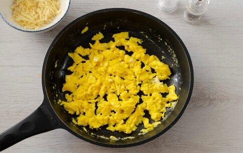 Preparazione Uova strapazzate alla fontina - Fase 1