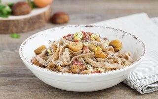 Fettuccine di grano saraceno con speck, castagne e semi di papavero