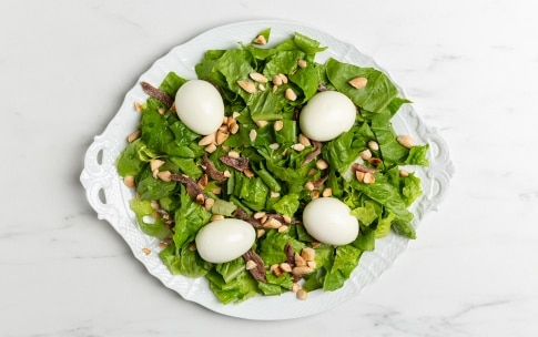 Preparazione Insalata con uova barzotte, acciughe e mandorle - Fase 2
