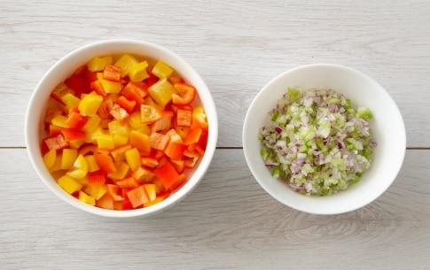Preparazione Insalata di farro con sedano, peperoni e scamorza - Fase 1