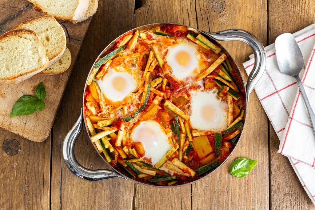 Uova affogate con ratatuia di zucchine e peperoni