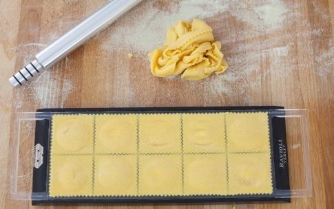 Preparazione Ravioli ripieni di patate, zafferano e provola con salsiccia  - Fase 4