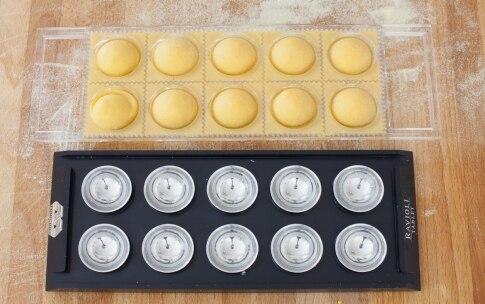 Preparazione Ravioli ripieni di patate, zafferano e provola con salsiccia  - Fase 5