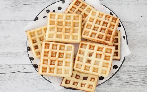 Preparazione Waffle allo yogurt con yogurt e salsa di mirtilli  - Fase 3