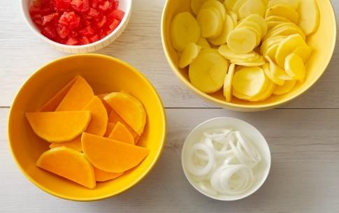 Preparazione Zucca al forno con patate, cipolla e pomodori - Fase 1