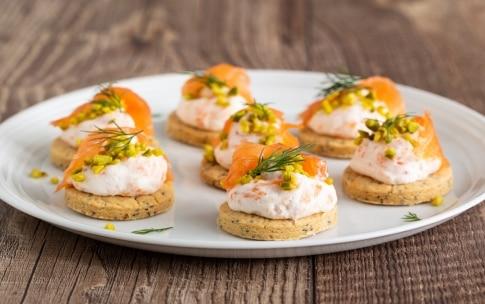 Preparazione Biscotti salati con mousse di salmone affumicato - Fase 5