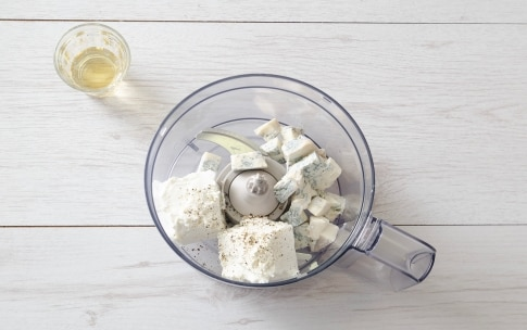 Preparazione Mousse al gorgonzola, datteri e semi caramellati - Fase 1