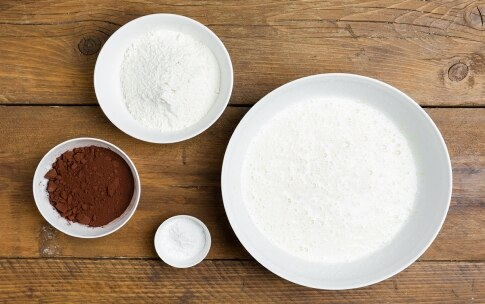 Preparazione Torta al cacao con crema al latte - Fase 2
