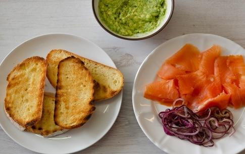 Preparazione Avocado toast al salmone - Fase 2