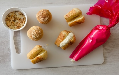 Preparazione Babà salati alla crema di mandorle e parmigiano - Fase 4