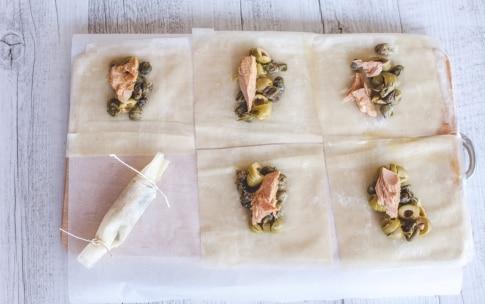 Preparazione Caramelle di pasta fillo ripiene di palamita, capperi e olive - Fase 1