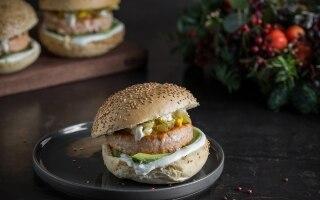 Fishburger di salmone al lime e pepe rosa