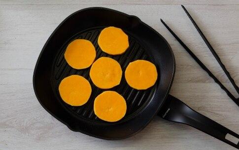 Preparazione Millefoglie di zucca grigliata con burrata e nocciole - Fase 1