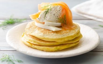 Pancake al salmone con barba di finocchio e panna acida