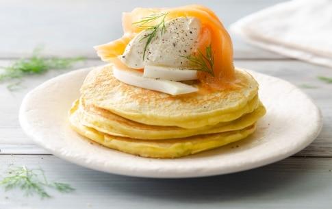 Preparazione Pancake al salmone con barba di finocchio e panna acida - Fase 3