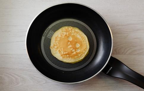 Preparazione Pancake al salmone con barba di finocchio e panna acida - Fase 2
