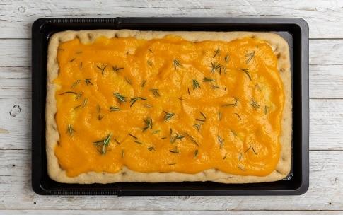 Preparazione Pizza gourmet alla crema di zucca, caciocavallo e lardo  - Fase 3