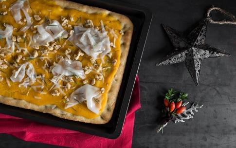 Preparazione Pizza gourmet alla crema di zucca, caciocavallo e lardo  - Fase 4