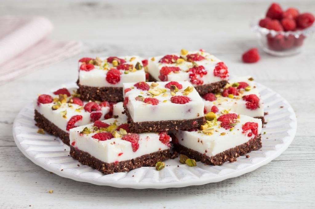 Quadrotti cheesecake con yogurt al cocco e lamponi