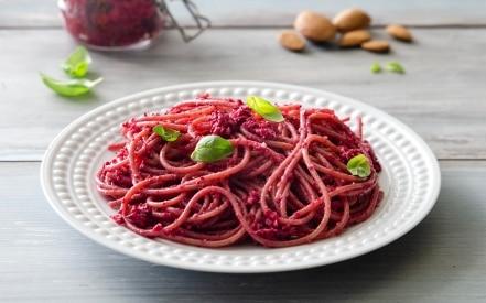 Spaghetti di farro al pesto di mandorle e barbabietole